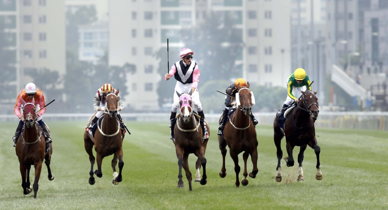 Zac Purton celebrates as Beauty Only gets the better of Helene Paragon (left) to win the 2016 edition of the G1 LONGINES Hong Kong Mile at Sha Tin.