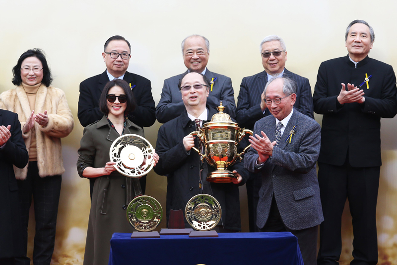 Lester C H Kwok, a Steward of The Hong Kong Jockey Club, presents the Centenary Sprint Cup winning trophy and the silver dishes to Samuel Wong Yin Shun, owner of winning horse D B Pin, winning trainer John Size and jockey Olivier Doleuze.