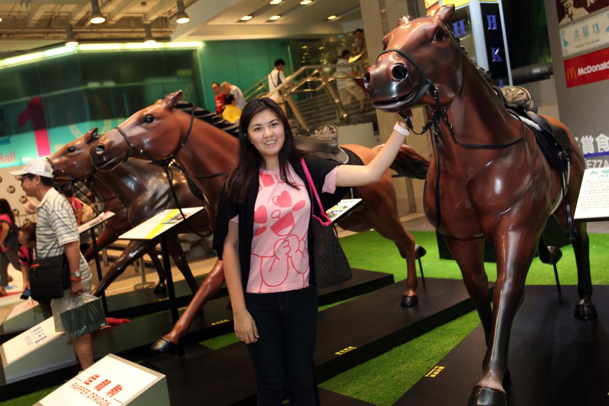 馬迷於場內的開鑼日場景拍攝機留影,並與2016/17年度冠軍人馬獎得獎馬匹的雕像拍照留念。