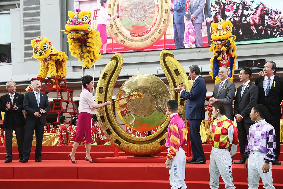 香港特別行政區行政長官林鄭月娥女士揮動大槌,敲響巨型銅鑼,標誌著新馬季揭開序幕。