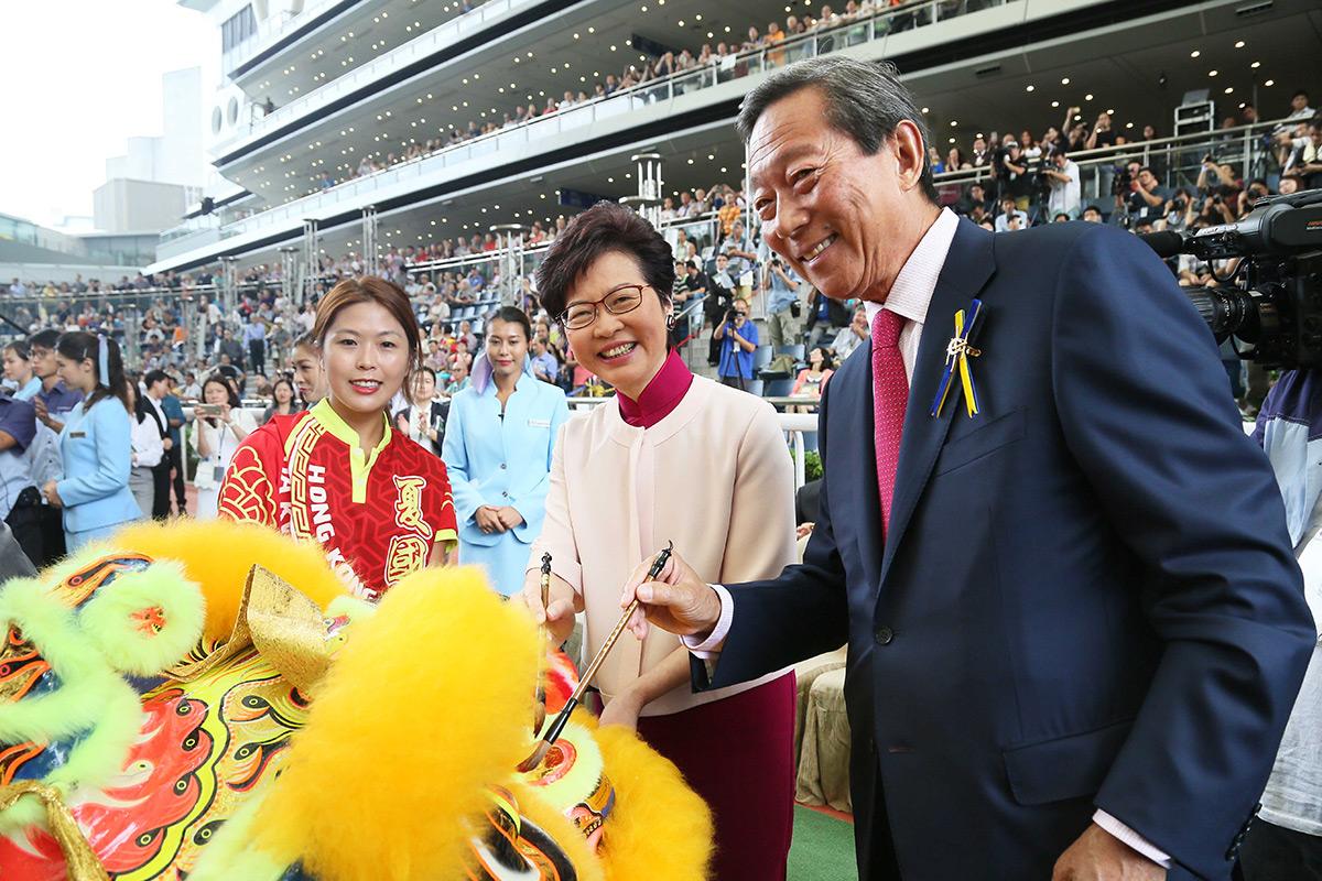 香港特別行政區行政長官林鄭月娥女士(中)及馬會主席葉錫安博士(右),一同為醒獅點睛。