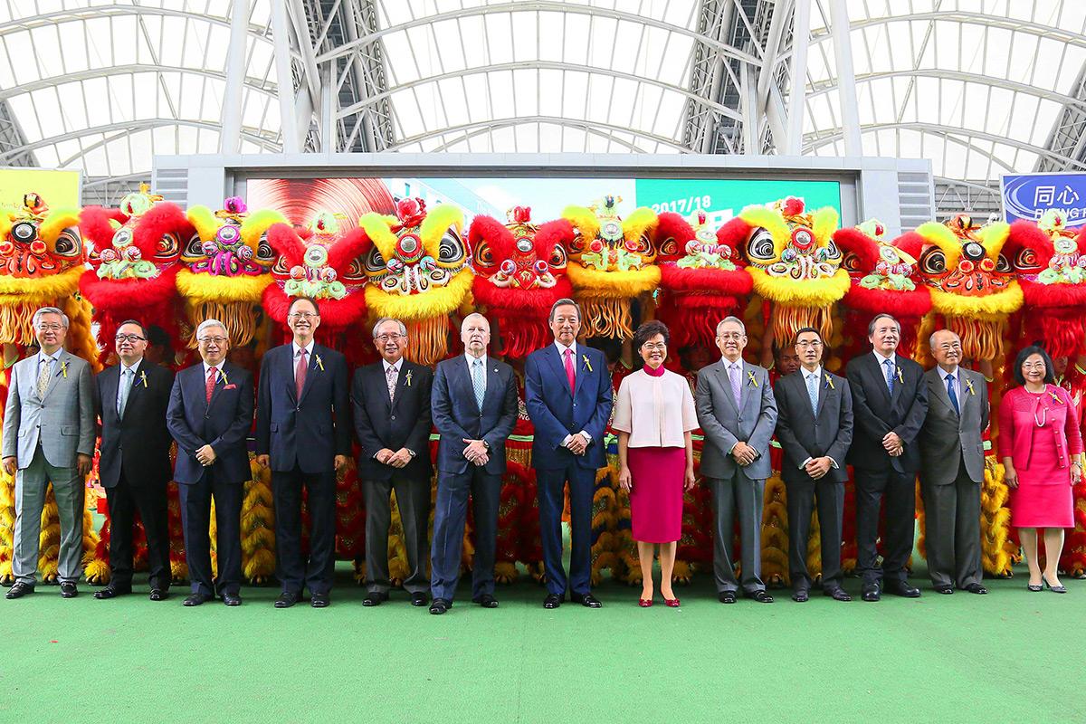 香港特別行政區行政長官林鄭月娥女士、馬會主席葉錫安博士、行政總裁應家柏(左六)及一眾董事合照。