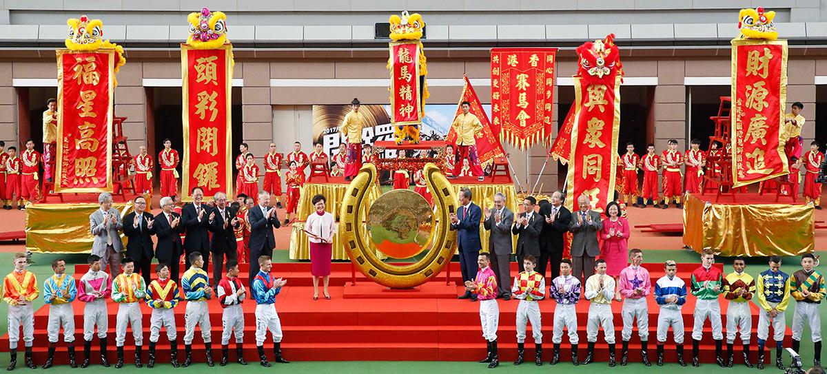 主禮嘉賓、馬會董事及行政總裁一同於開幕儀式上合照,所有騎師亦有出席,祝願馬迷新馬季事事順利。