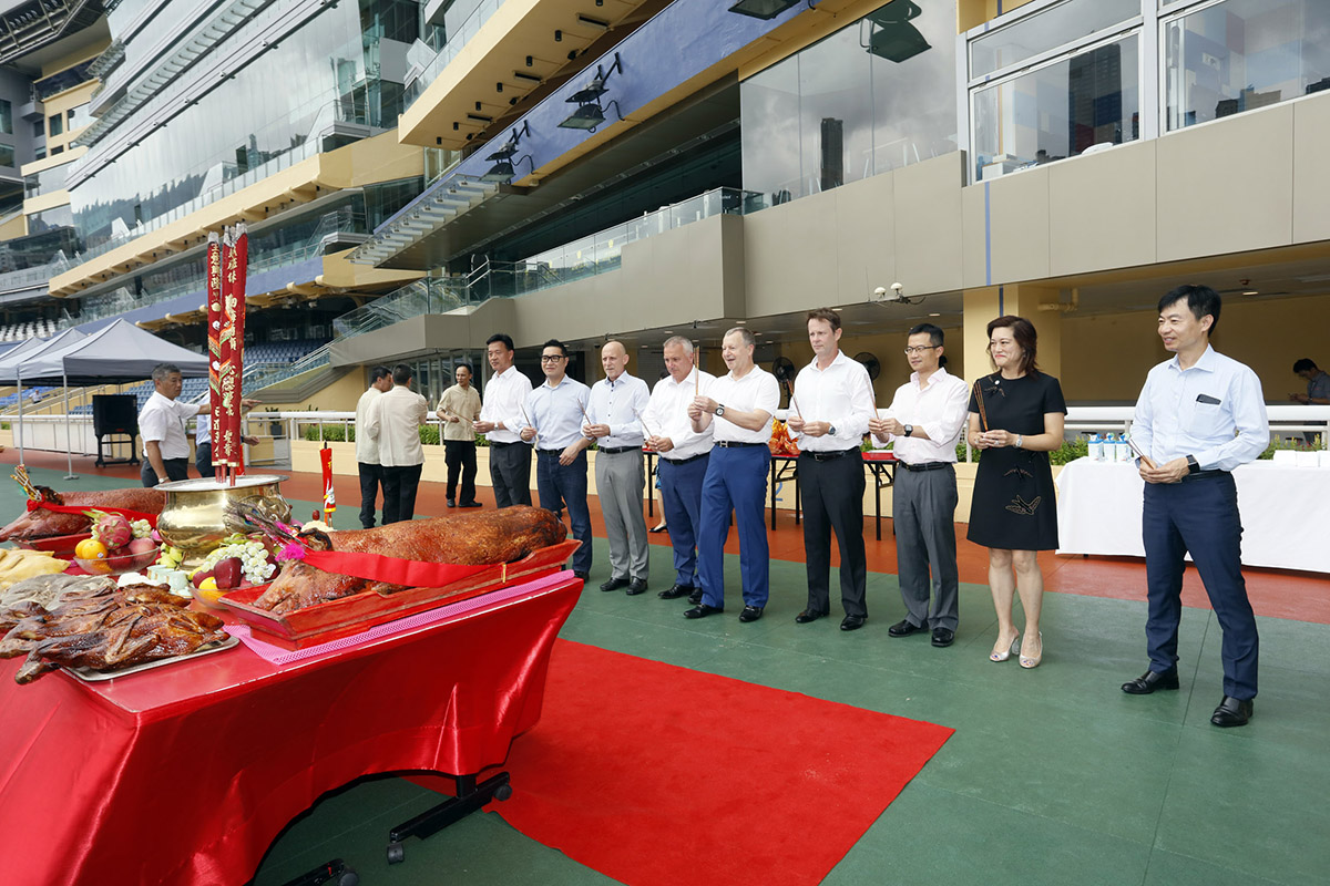 馬會行政總裁應家柏與一眾馬會高層上香祈福。