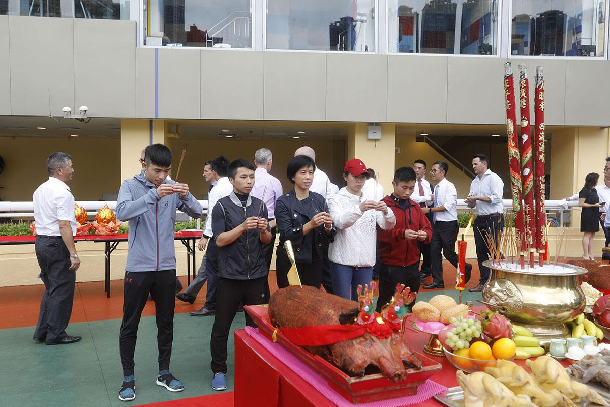 左起: 見習騎師黃皓楠、潘明輝、見習騎師學校校長陳念慈、見習騎師蔣嘉琦及巫顯東今晨亦有出席於跑馬地馬場舉行的拜神儀式。