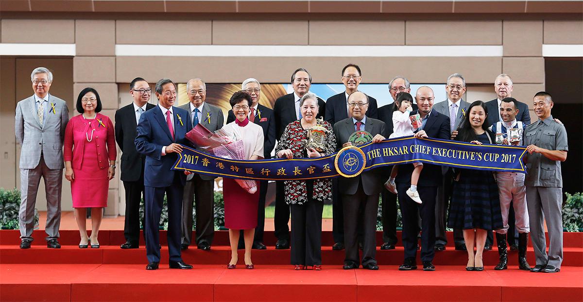 香港特別行政區行政長官林鄭月娥女士、馬會主席葉錫安博士、眾馬會董事、行政總裁應家柏,及「四季旺」的馬主及騎練,於香港特區行政長官盃頒獎禮上合照。