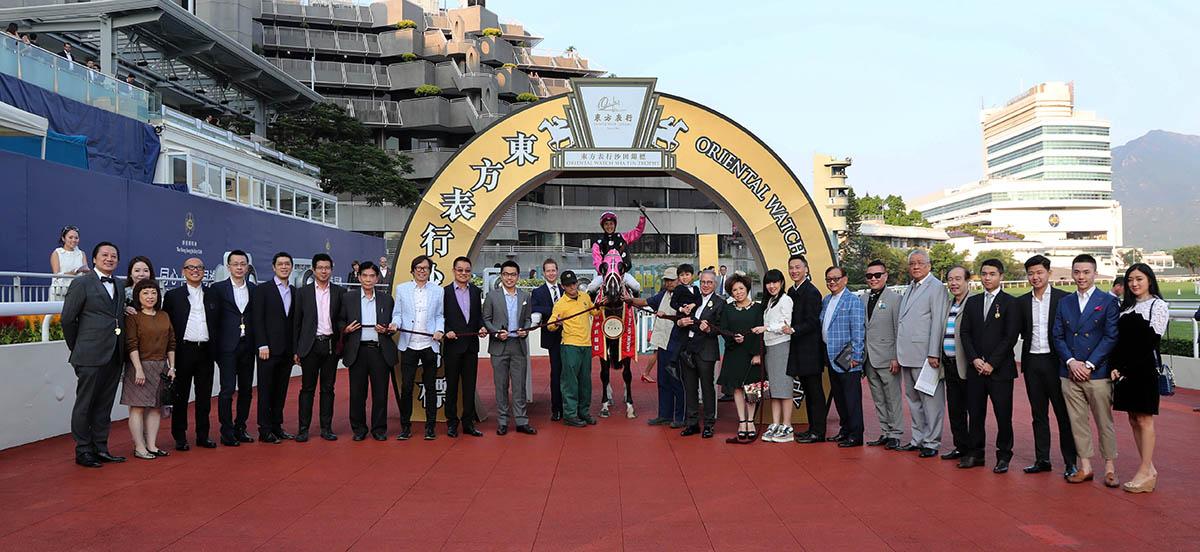 「美麗傳承」的馬主與親友在凱旋門祝捷。