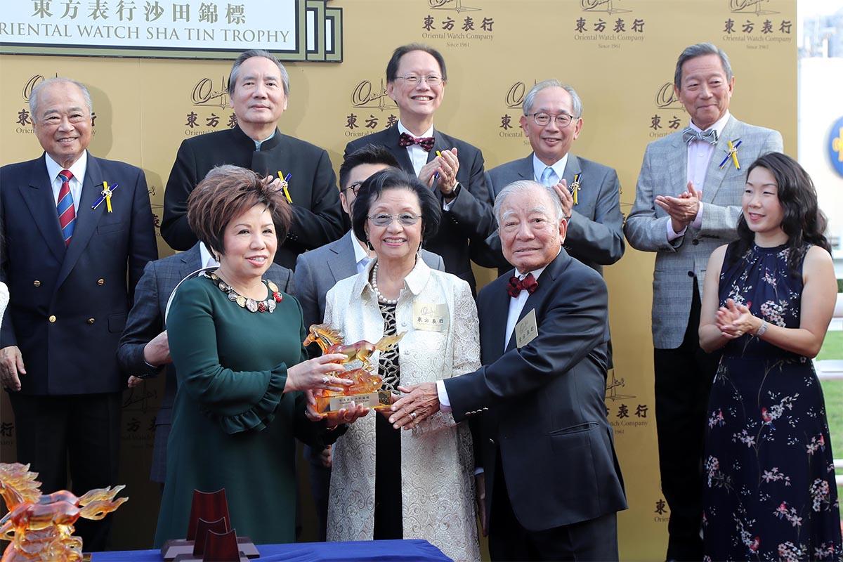 東方表行集團主席楊明標博士伉儷(前排右二及三)致送紀念品予「美麗傳承」的馬主代表郭羅桂珍。