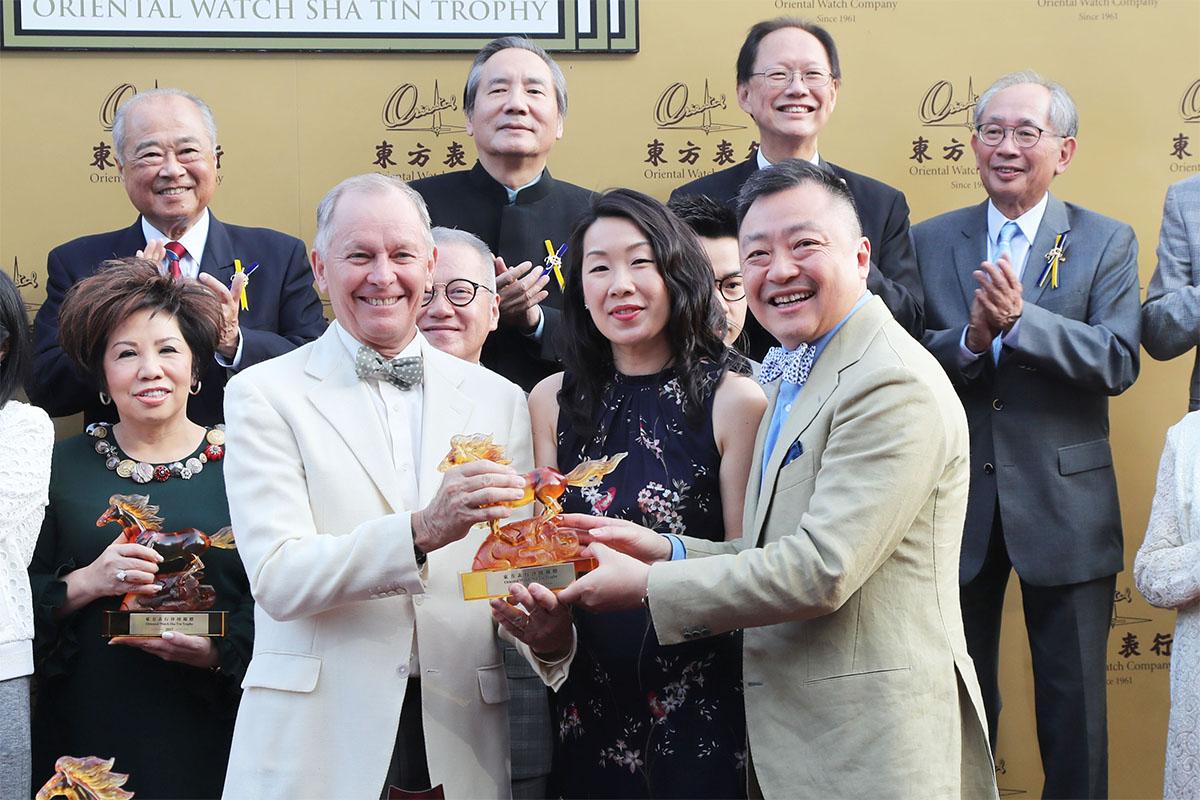 東方表行集團董事總經理楊衍傑伉儷(右)致送紀念品予「美麗傳承」的練馬師約翰摩亞。