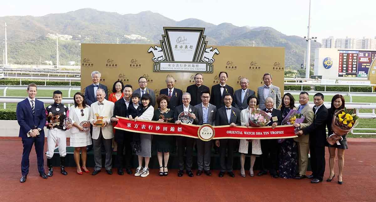 東方表行沙田錦標頒獎儀式大合照。