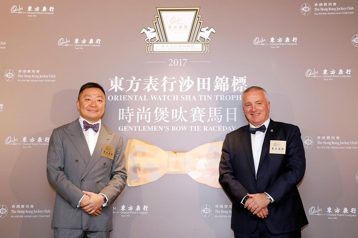 東方表行董事總經理楊衍傑先生(左)及香港賽馬會賽馬業務及營運執行總監祁立賢先生一同為東方表行沙田錦標「時尚煲呔賽馬日」揭幕。
