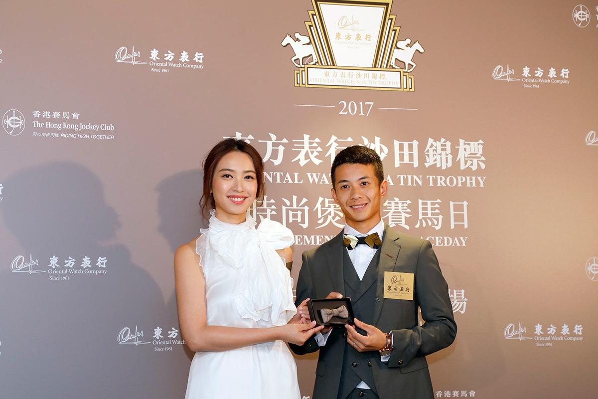 著名藝人朱千雪小姐送贈迷你煲呔予將為人父的騎師梁家俊先生。