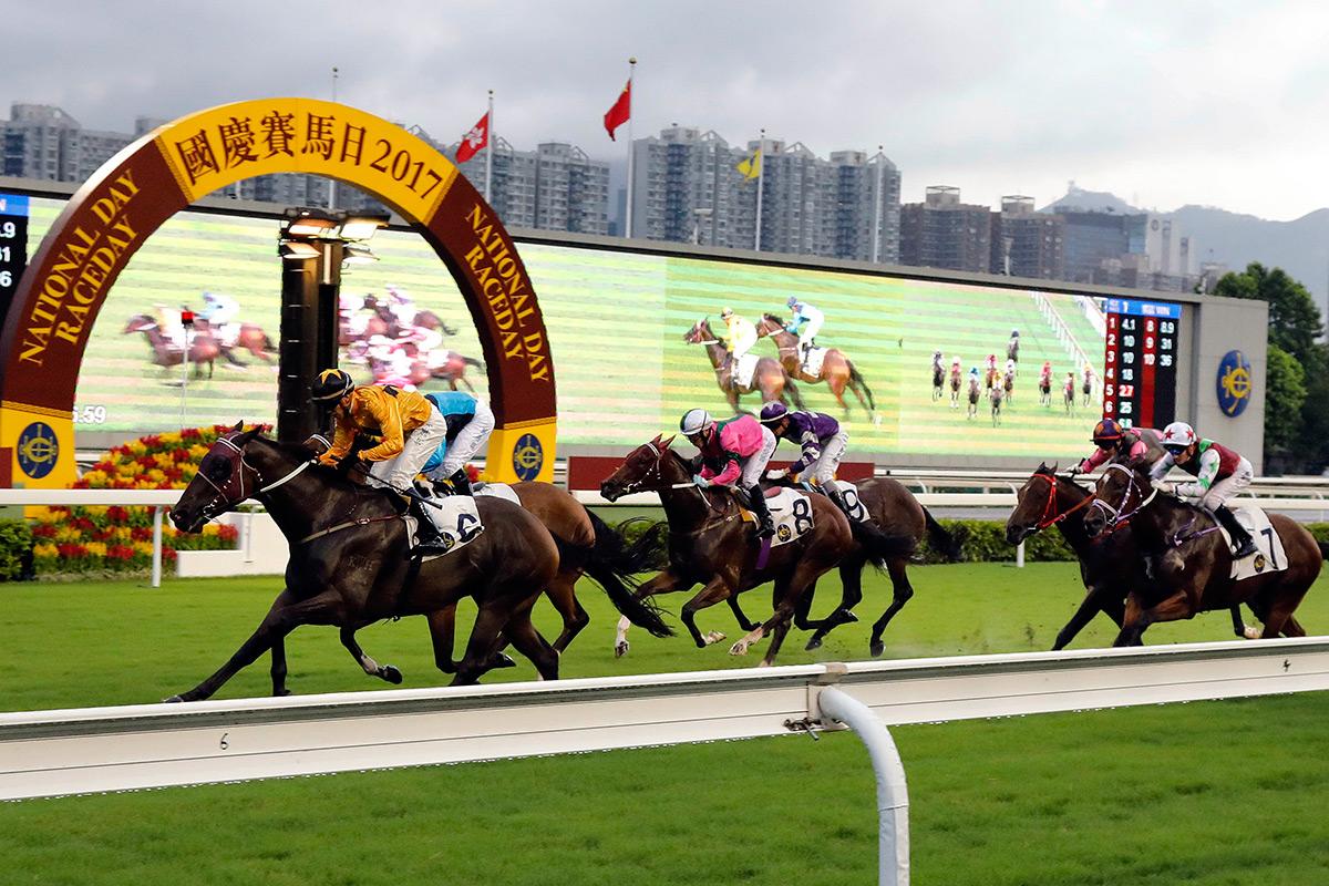 「飛來猛」(6號)在騎師何澤堯胯下勇奪三級賽國慶盃(1000米)。