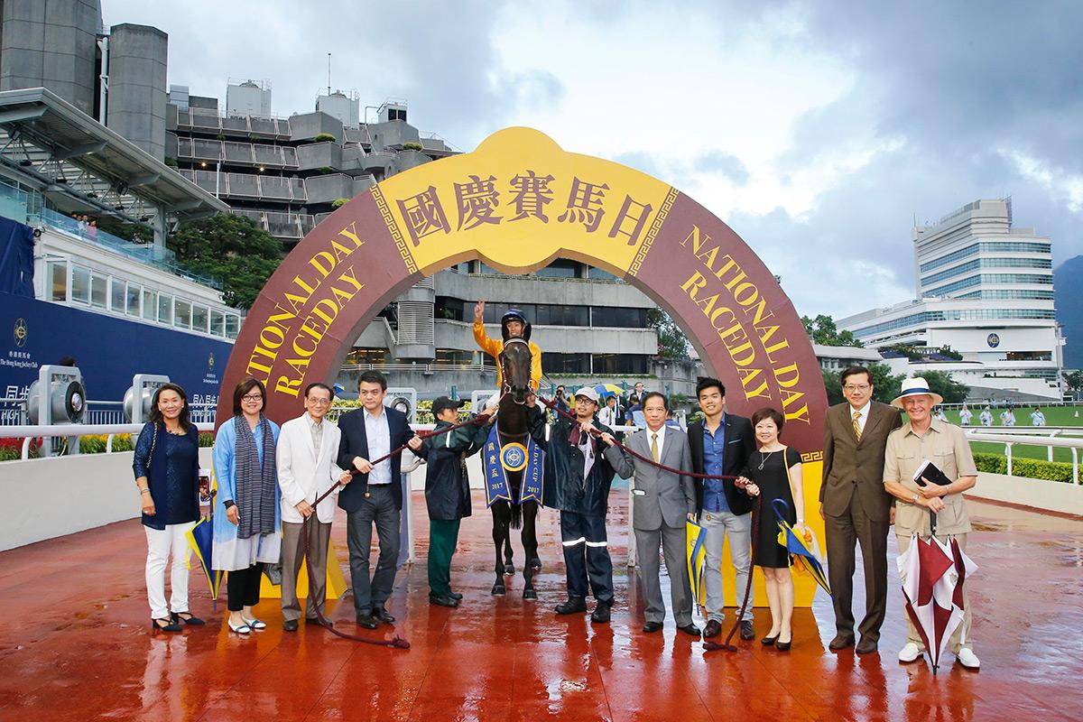 何澤堯策騎「飛來猛」勝出國慶盃,馬主及親友在凱旋門拉頭馬祝捷。