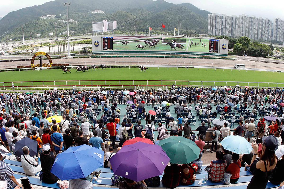 大批馬迷到沙田馬場參與國慶賽馬日。