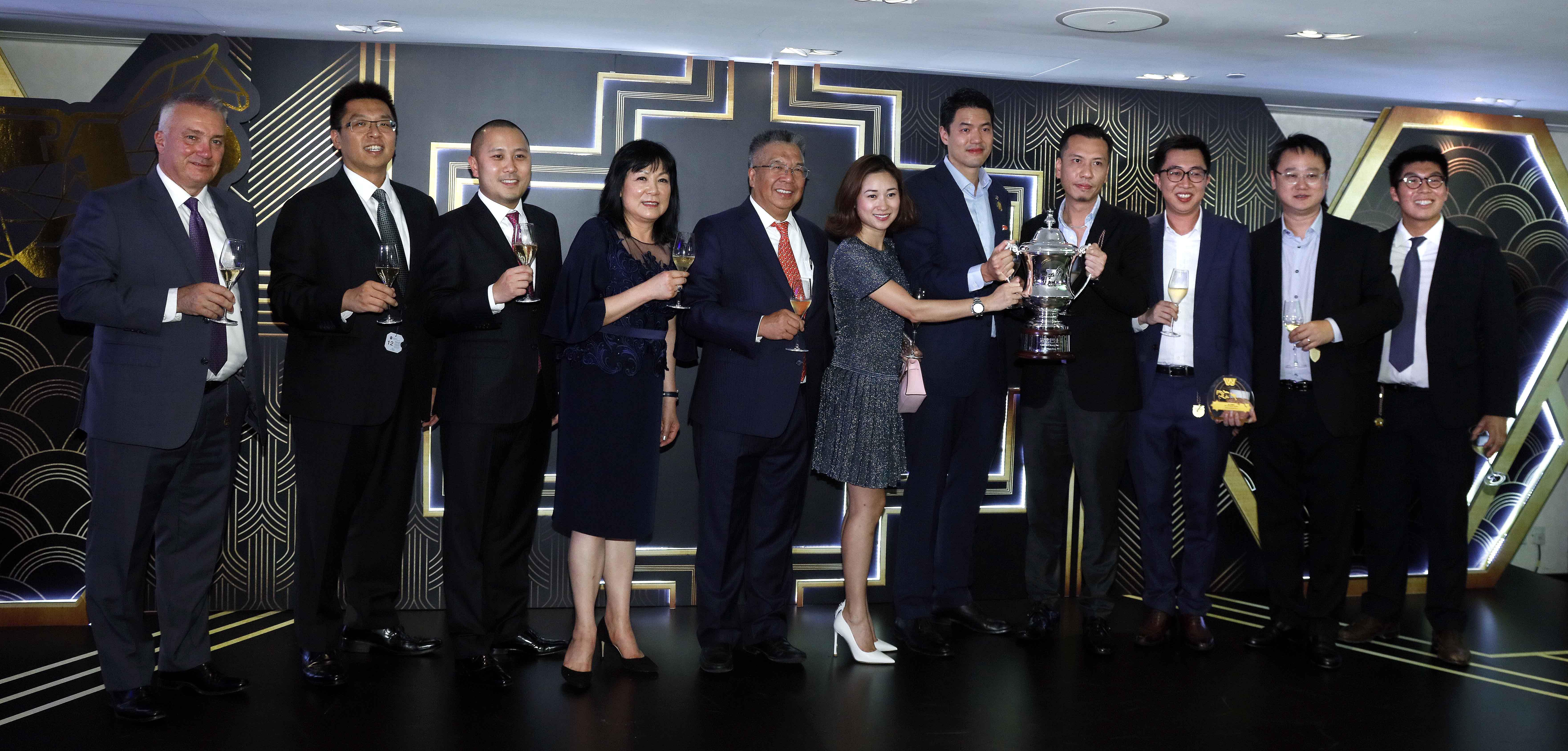 冠忠巴士集團有限公司和香港賽馬會的高層,與冠忠巴士盃冠軍「首映」的馬主一同舉杯,慶祝賽馬夜完滿舉行。