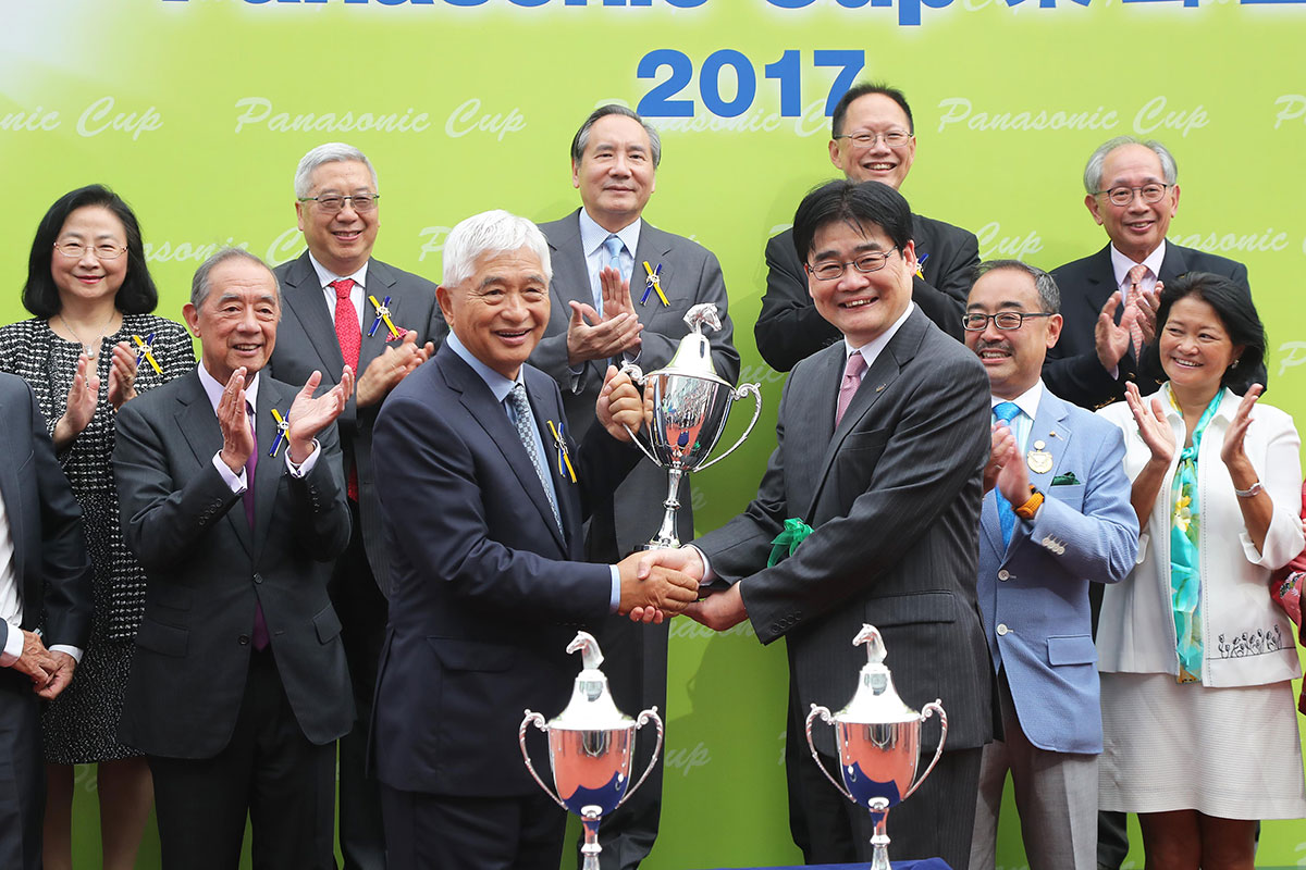 Panasonic Corporation Appliances Company 社長本間哲朗於頒獎禮上頒發樂聲盃予「西方快車」的馬主榮智健。