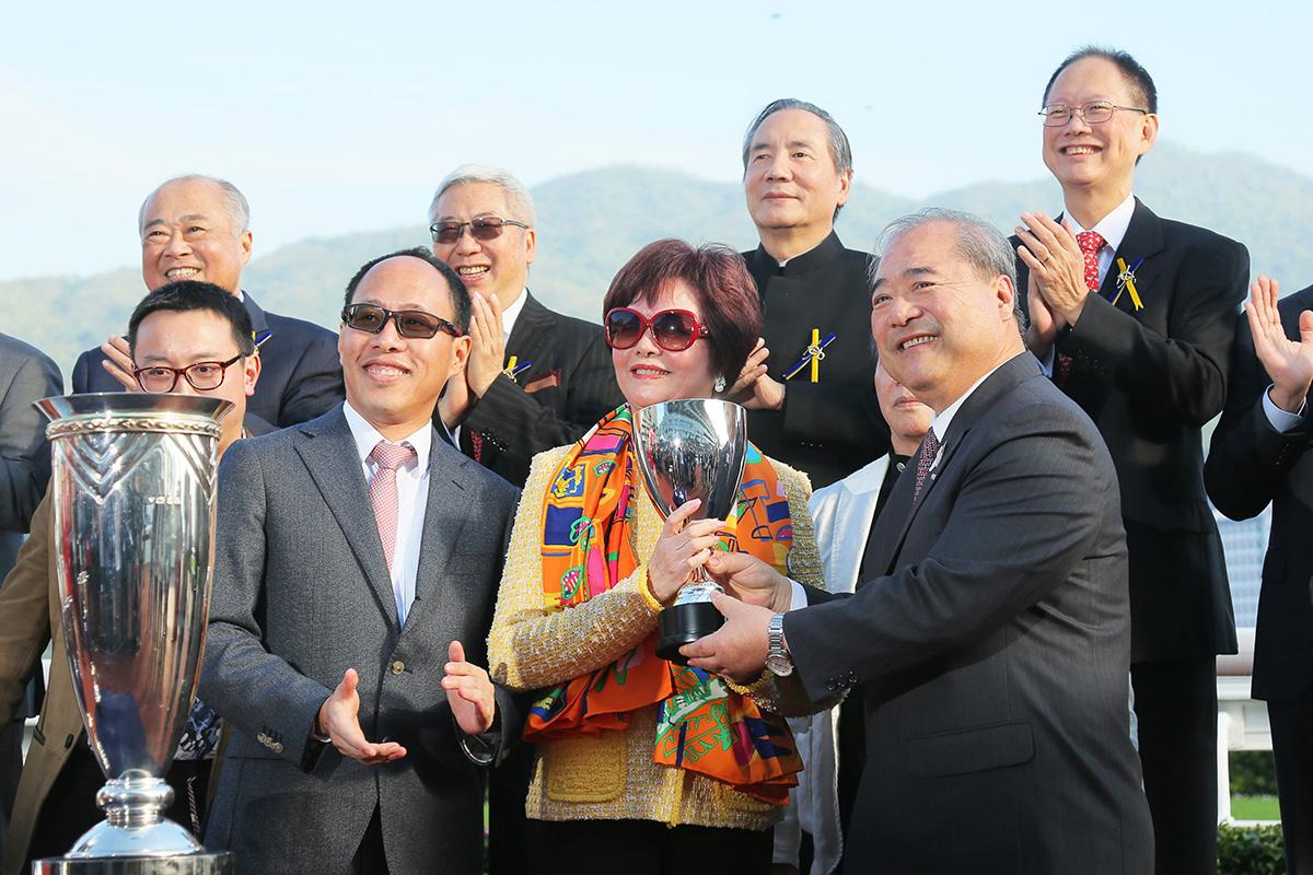 其士國際集團有限公司主席兼董事總經理郭海生先生於頒獎禮上將獎盃頒予「五十五十」的馬主李黃惠娟。