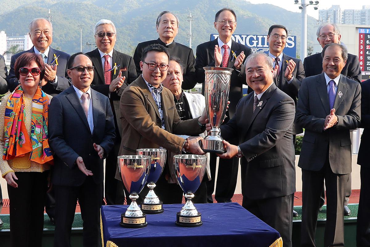 其士國際集團有限公司主席兼董事總經理郭海生先生於頒獎禮上將獎盃頒予「五十五十」的馬主。