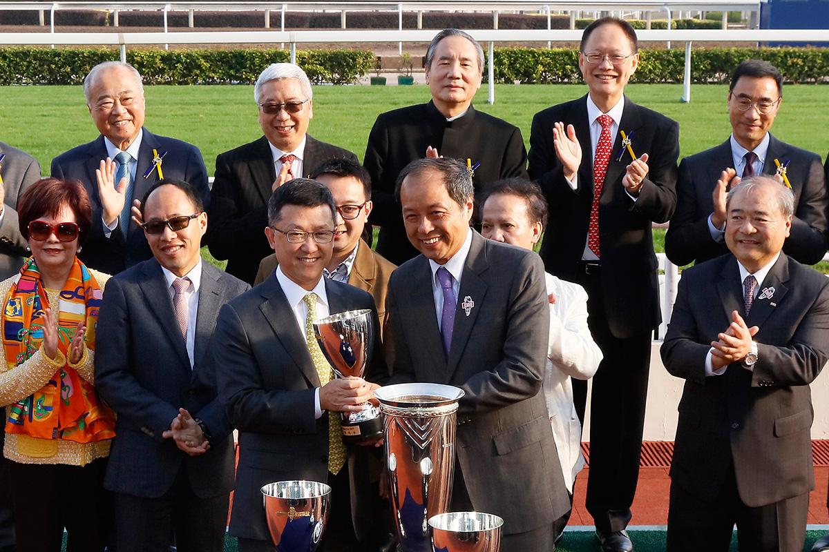其士國際集團有限公司副董事總經理譚國榮先生頒發獎盃予「五十五十」的練馬師何良。