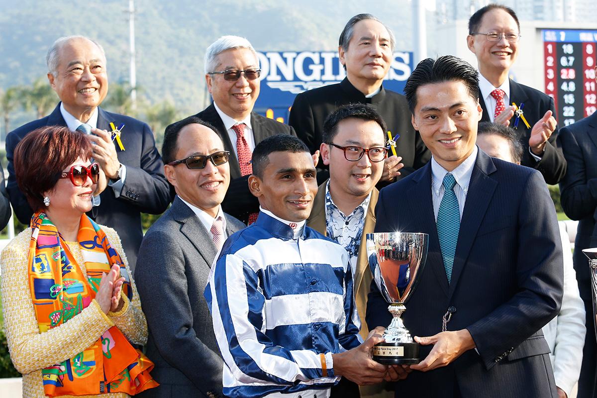 其士國際集團有限公司非執行董事周維正先生頒發獎盃予「五十五十」的騎師田泰安。