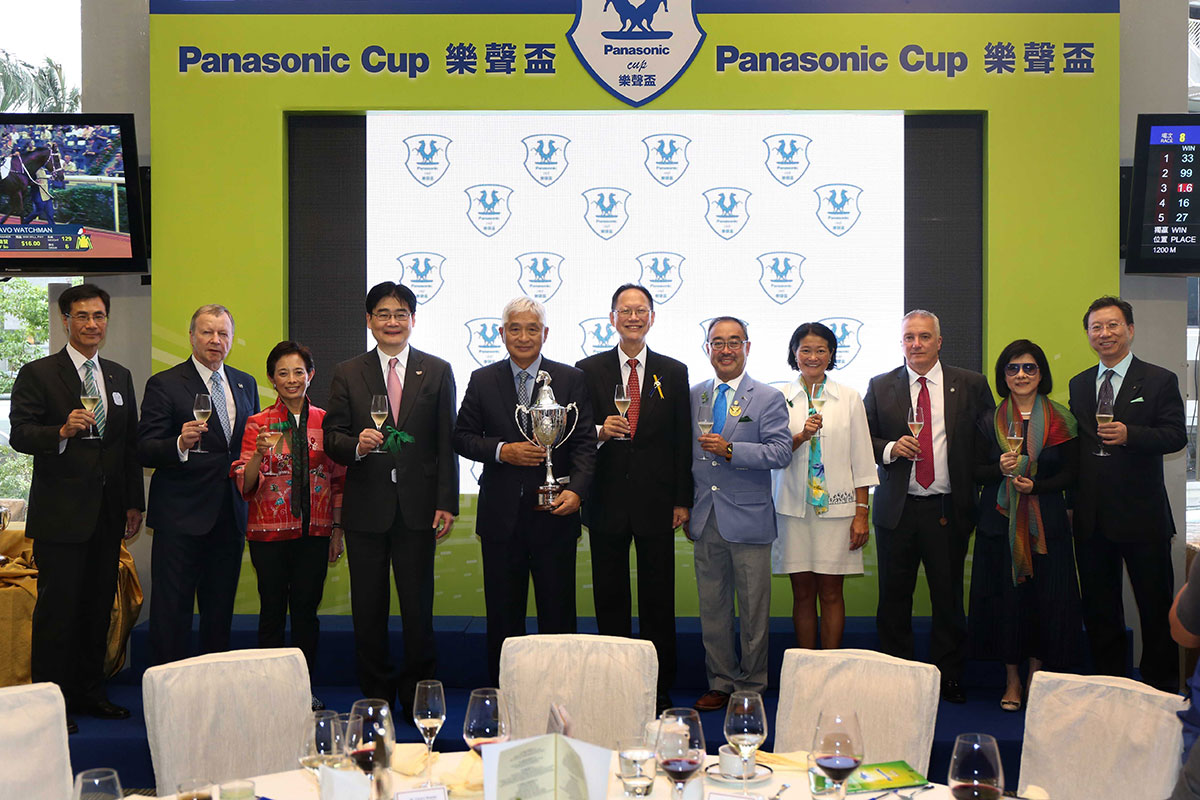 信興集團與香港賽馬會的高層,偕同樂聲盃冠軍「西方快車」的馬主一同舉杯,慶祝樂聲盃完滿舉行。