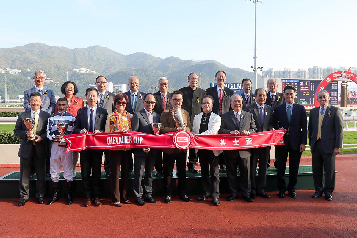 一眾馬會董事及頒獎嘉賓,與「五十五十」的馬主及騎練,於「其士盃」頒獎禮上合照。