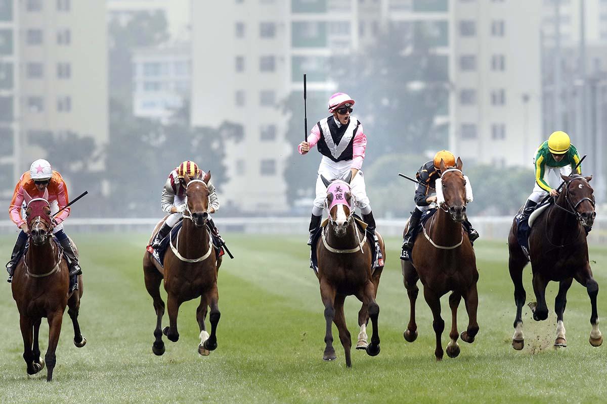 潘頓於夥拍「美麗大師」擊敗「喜蓮獎星」(左) 攻下去年浪琴表香港一哩錦標後慶祝勝利。