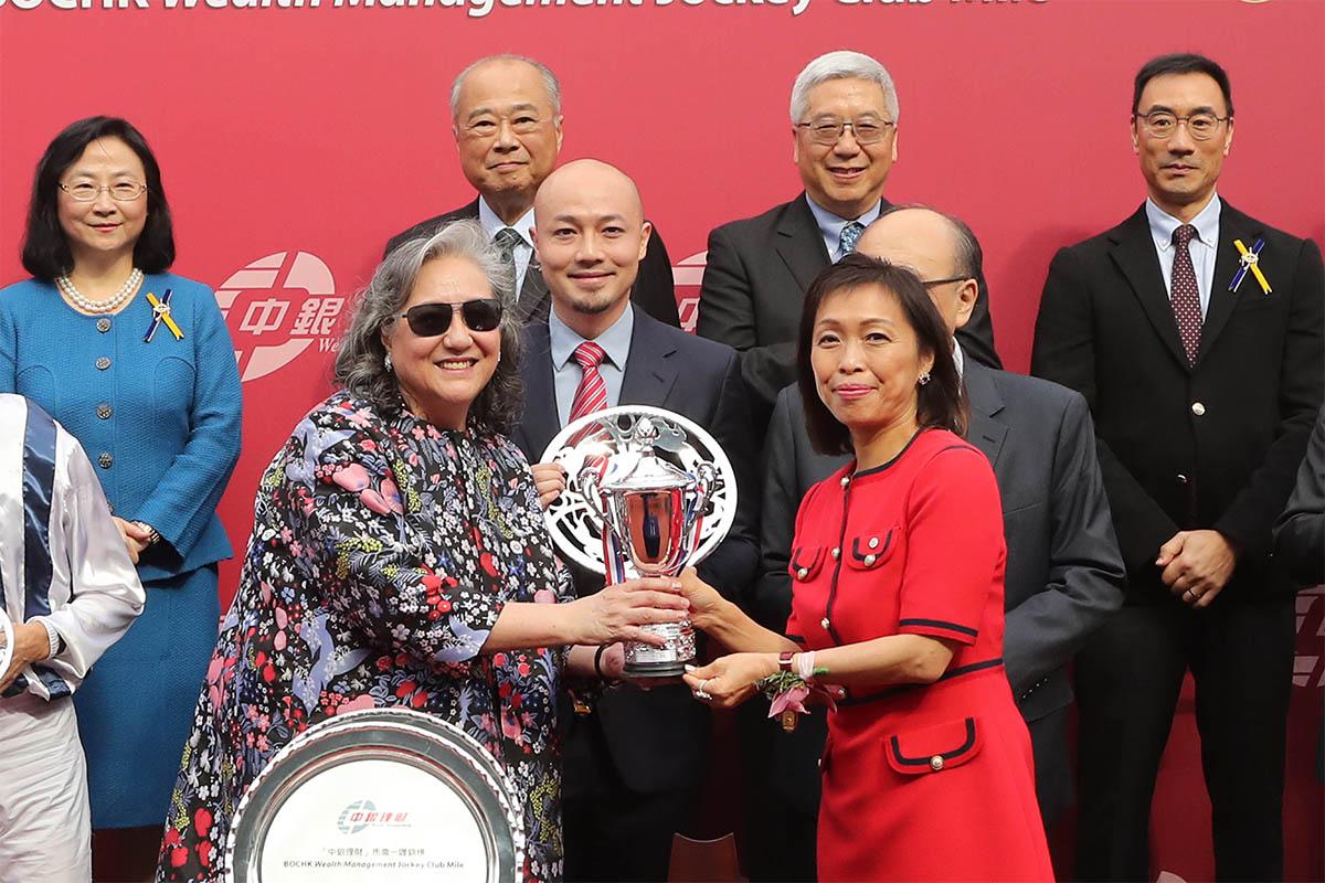 中國銀行(香港)有限公司副總裁龔楊恩慈(右)頒發紀念品予「四季旺」的馬主。