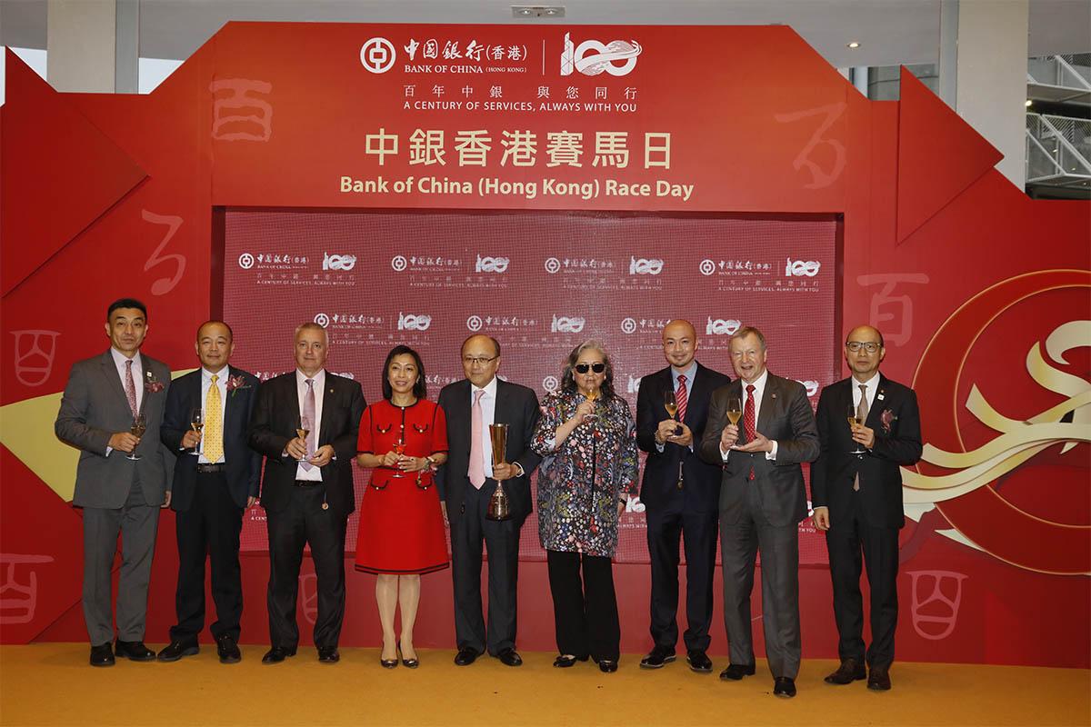 馬會高層及中國銀行(香港)有限公司高層、及「中銀理財」馬會一哩錦標頭馬「四季旺」的馬主,一同舉杯祝捷。