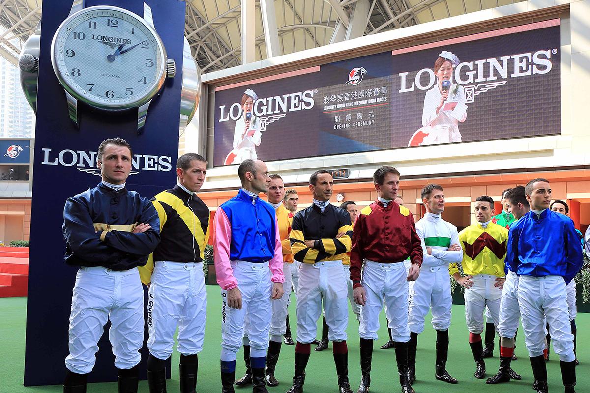 浪琴表香港國際賽事開幕儀式於馬匹亮相圈舉行,馬會董事、嘉賓及各參賽騎師一起出席開幕儀式。