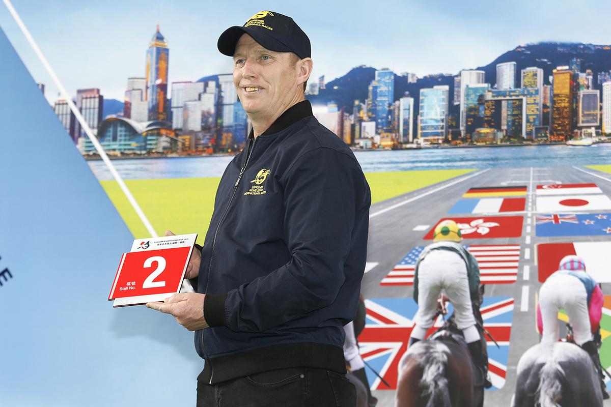 浪琴表香港盃 – 愛爾蘭賽駒「多維小城」的馬主代表為該駒抽得第2檔。