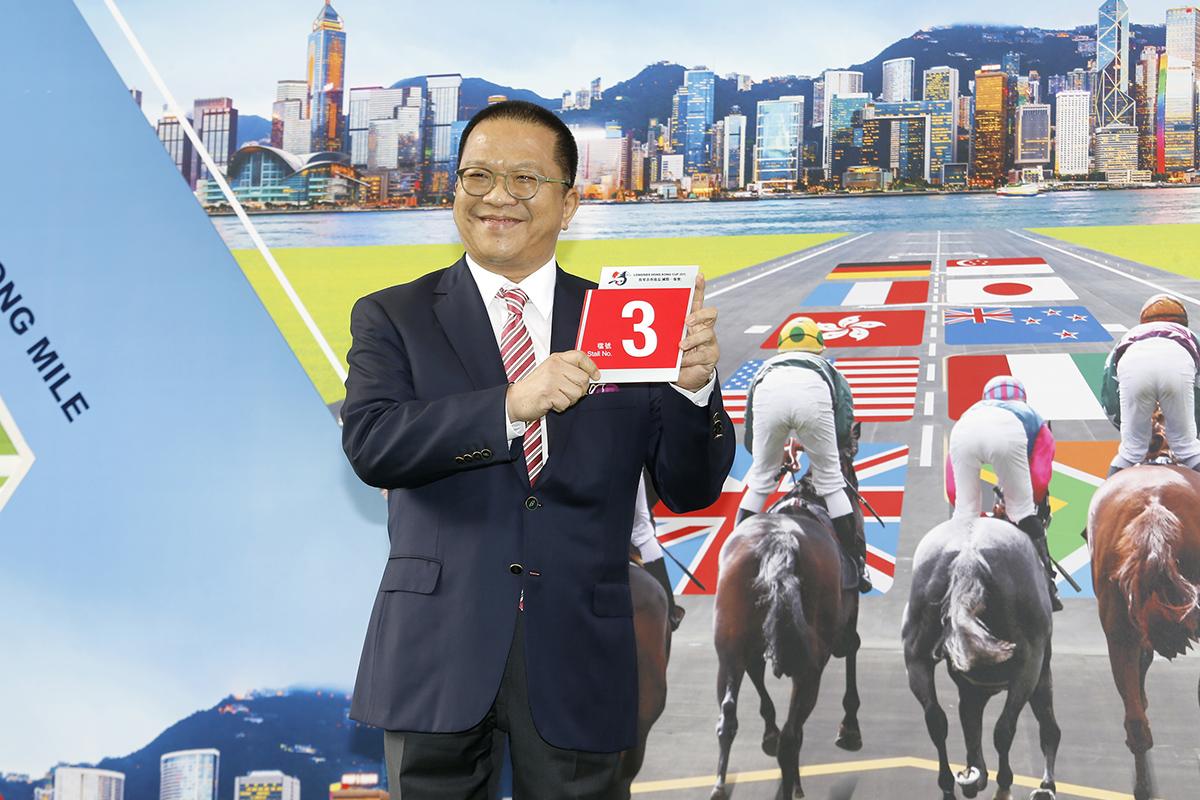 浪琴表香港盃 – 馬主程凱信為香港參賽馬「明月千里」抽得3檔。