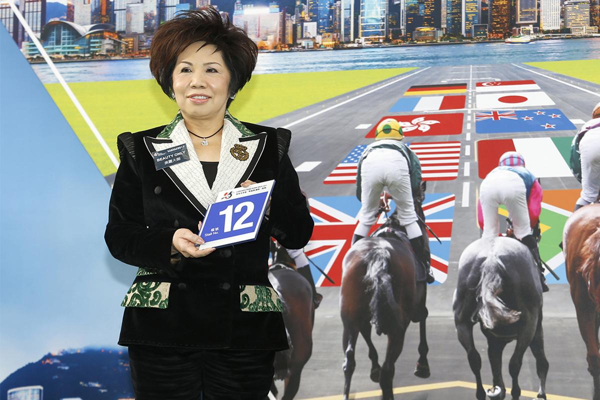 浪琴表香港一哩錦標 – 馬主郭羅桂珍女士為「美麗大師」抽得第12檔。