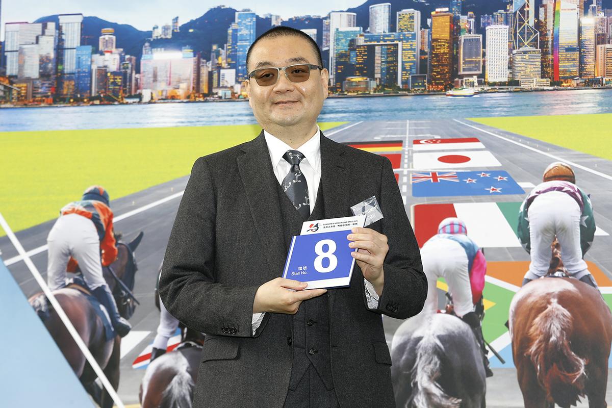浪琴表香港一哩錦標 – 馬主羅德榮為「詠彩繽紛」抽得第8檔。