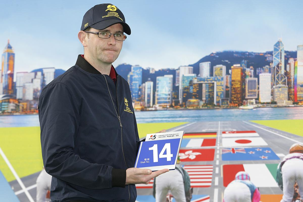 浪琴表香港一哩錦標 – 愛爾蘭賽駒「果占卷」的馬主代表為該駒抽得14檔。