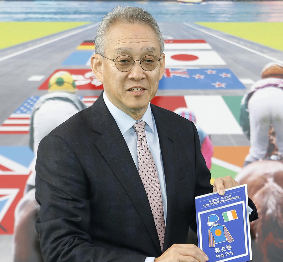 馬會副主席周永健啟動浪琴表香港一哩錦標的排位抽籤程序,抽出首匹進行排位的參賽馬。