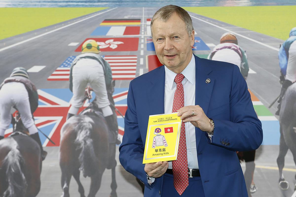 馬會行政總裁應家柏啟動浪琴表香港短途錦標的排位抽籤程序,抽出首匹進行排位的參賽馬。