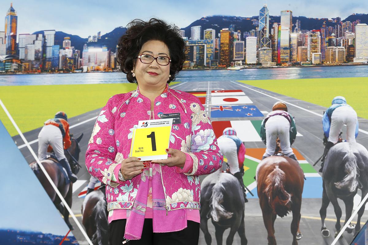 浪琴表香港短途錦標 –「幸運如意」的馬主代表為該駒抽得第1檔。