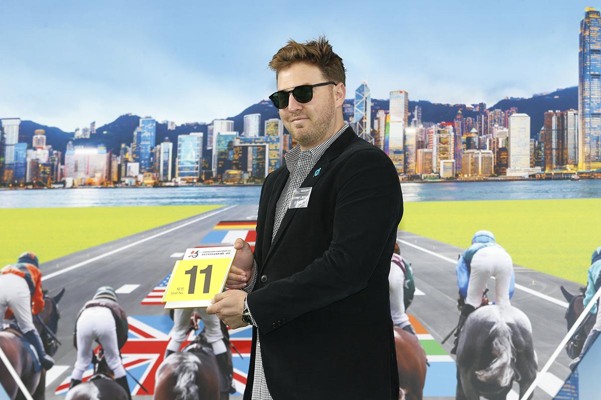 浪琴表香港短途錦標 – 美國賽駒「狂暴不羈」的馬主代表為該駒抽得第11檔。