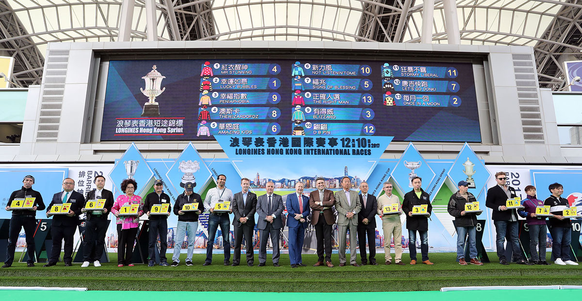 浪琴表香港短途錦標排位抽籤完成後 ,主禮嘉賓與參賽馬匹的馬主、練馬師及代表合照。