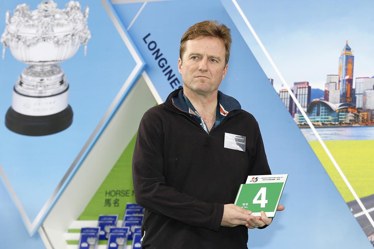 浪琴表香港瓶 – 練馬師白祈達為其訓練的英國代表「化學能量」抽得第4檔。