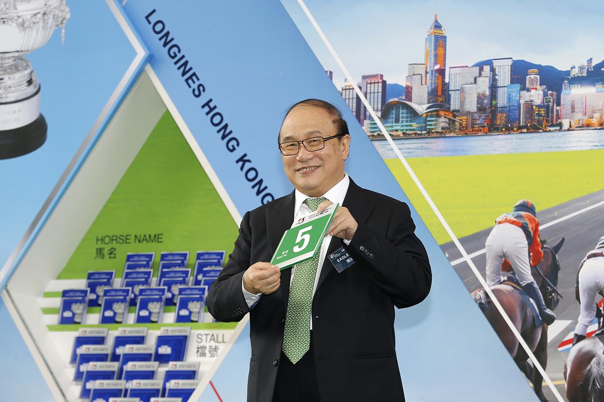 浪琴表香港瓶 – 馬主蕭百君為香港代表「鷹雄」抽得第5檔。