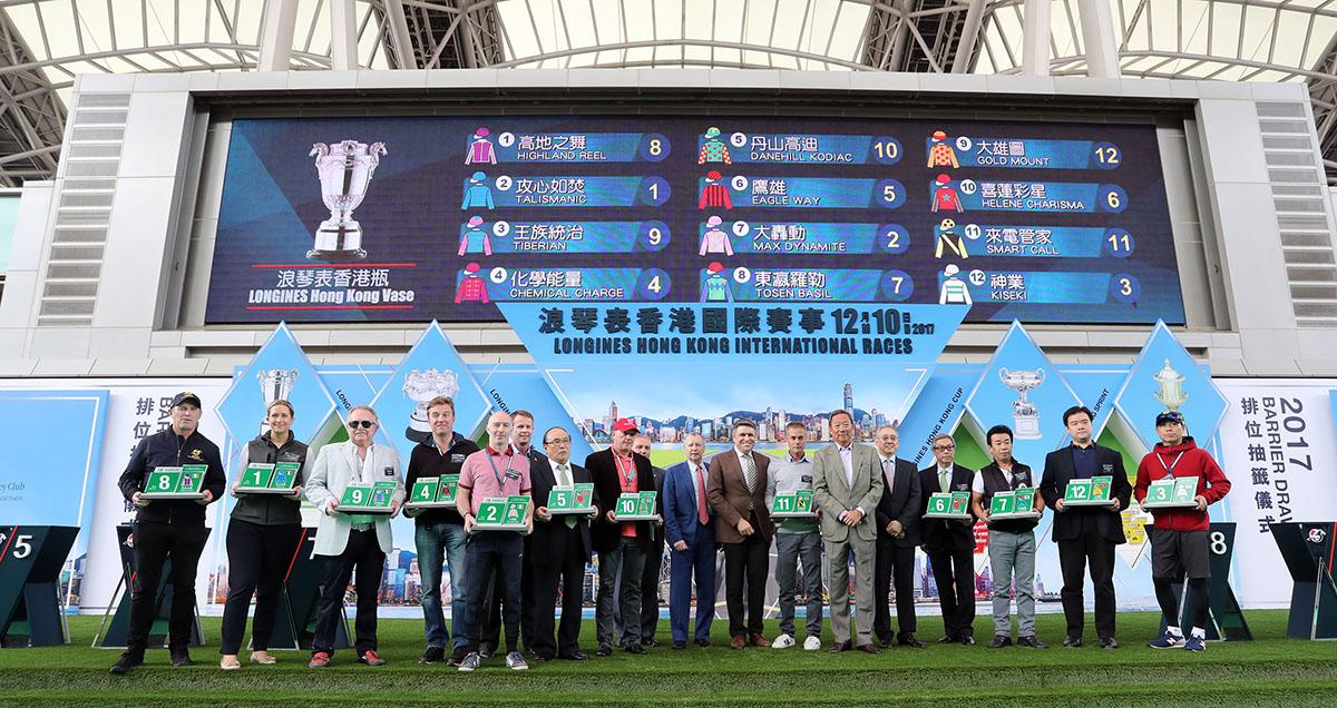 浪琴表香港瓶排位抽籤完成後 ,主禮嘉賓與參賽馬匹的馬主、練馬師及代表合照。
