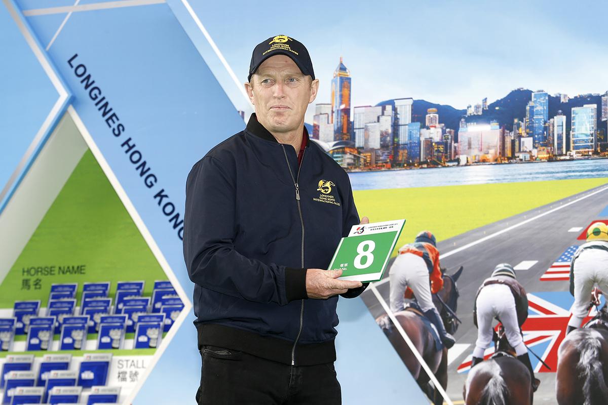 浪琴表香港瓶 – 愛爾蘭賽駒「高地之舞」的馬主代表為該駒抽得第8檔。