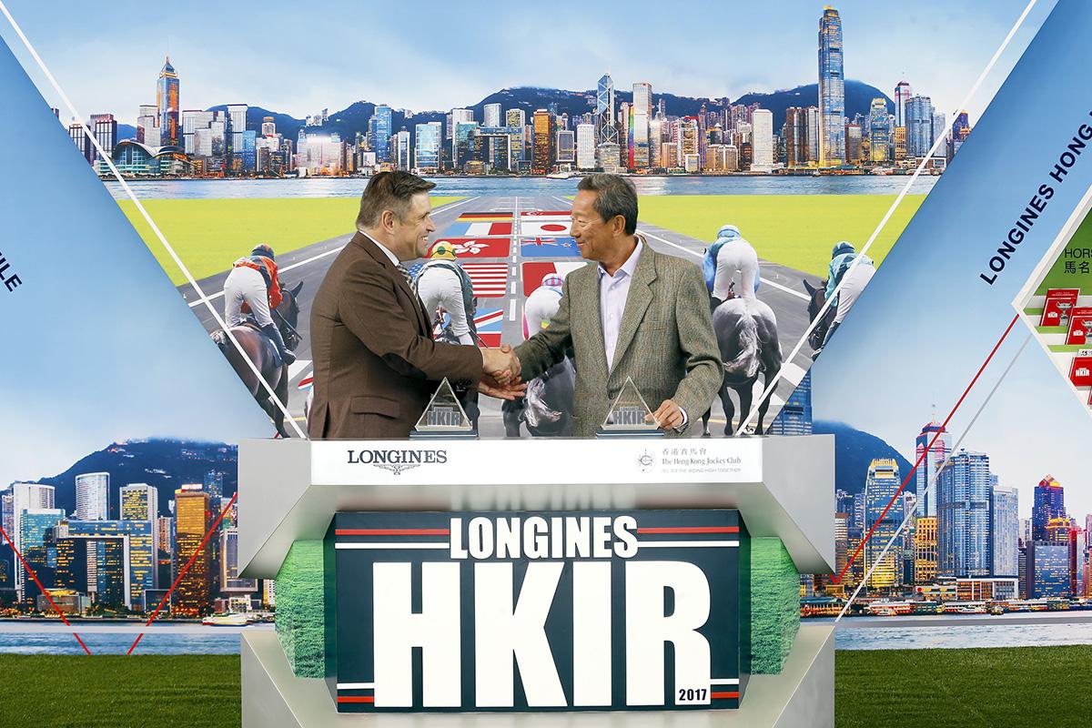 2017年浪琴表香港國際賽事排位抽籤儀式今天早上在沙田馬場馬匹亮相圈舉行,香港賽馬會主席葉錫安博士(右)及LONGINES副總裁暨國際市場總監Juan-Carlos Capelli(左),為排位抽籤儀式揭開序幕。