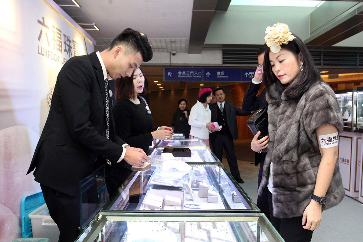 六福珠寶於場內設展銷攤位,吸引入場人士前來購物。