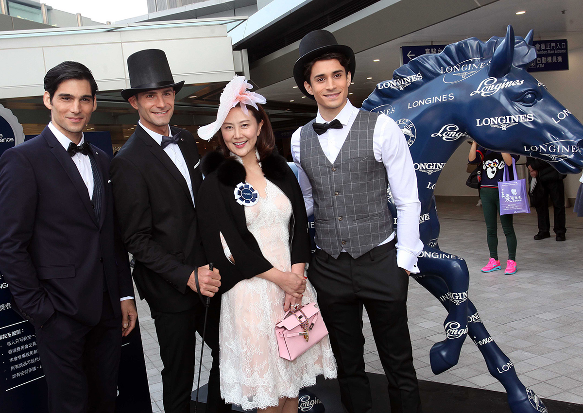 入場馬迷觀賞精彩賽事及參與場內各項活動。