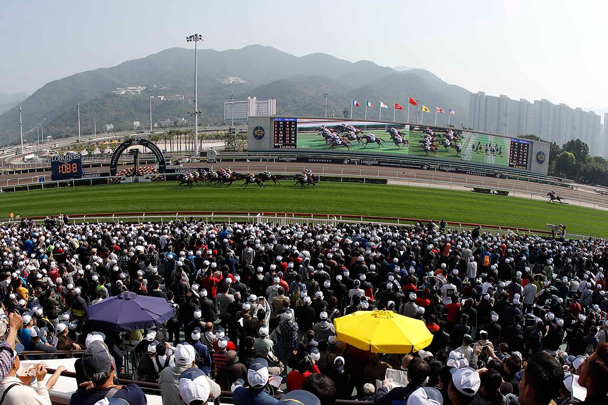 沙田馬場是日舉行國際馬壇盛事浪琴表香港國際賽事,看台人山人海。