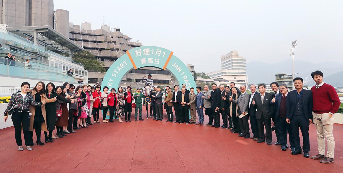 「五十五十」勝出後馬主及親友、騎師和練馬師在凱旋門祝捷。